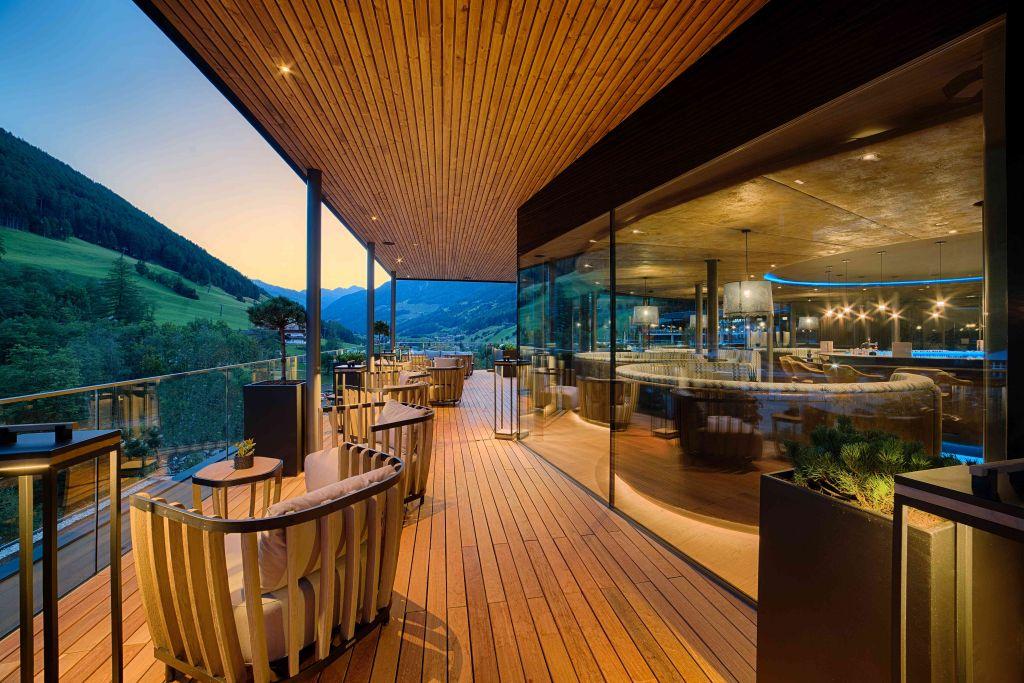Abenddämmerung genießen auf der Sky Lounge-Terrasse (c) Filippo Galluzzi (Wellnessresort Amonti & Lunaris)