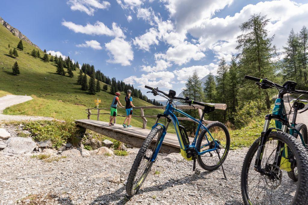 Aktiv die eindrucksvolle Natur mit dem E-Bike erkunden (TVB Tux-Finkenberg)