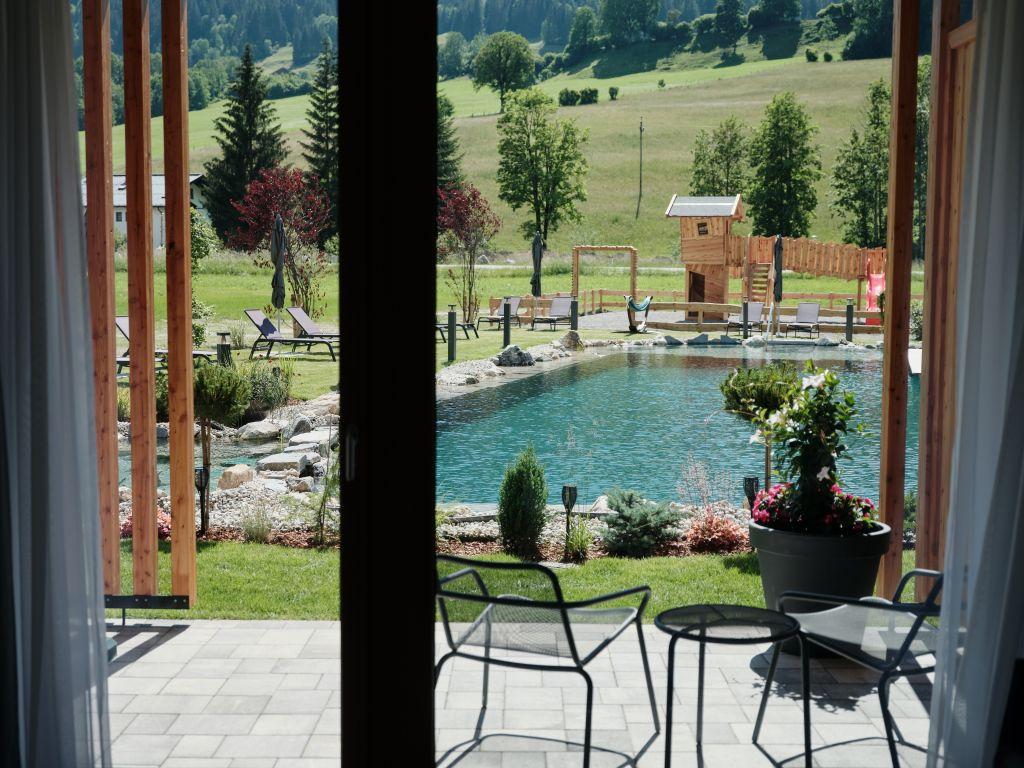 Ausblick auf den Naturbadeteich des Hotels MorgenZeit (c) Youngmedia