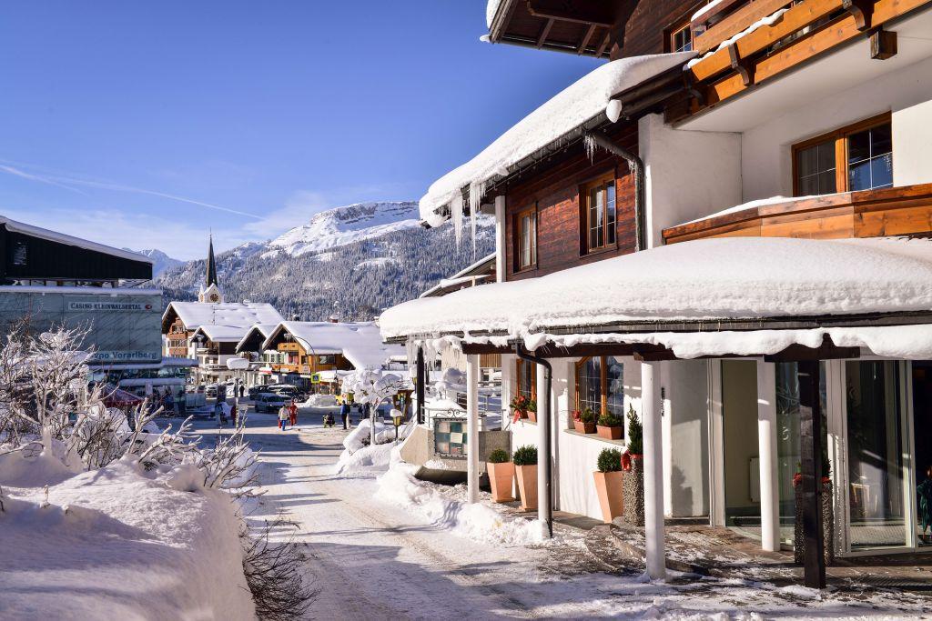 Außenansicht des Hotel Jagdhofs im Winter (c) Sascha Duffn (Hotel Jagdhof)