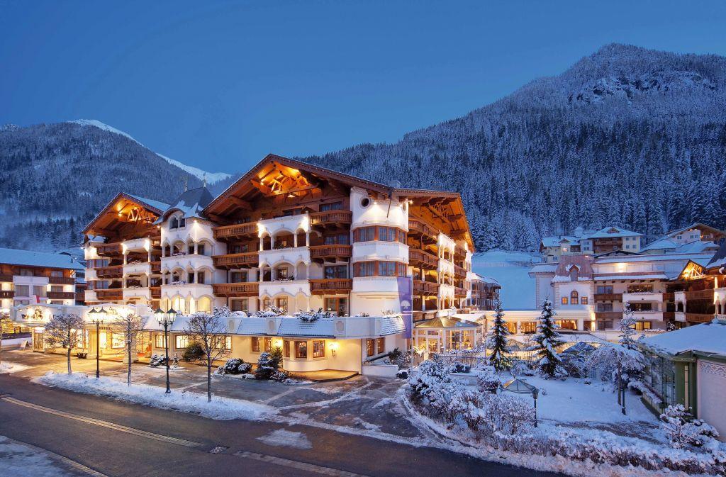 Außenansicht des Hotels im Winter bei Nacht (Trofana Royal)