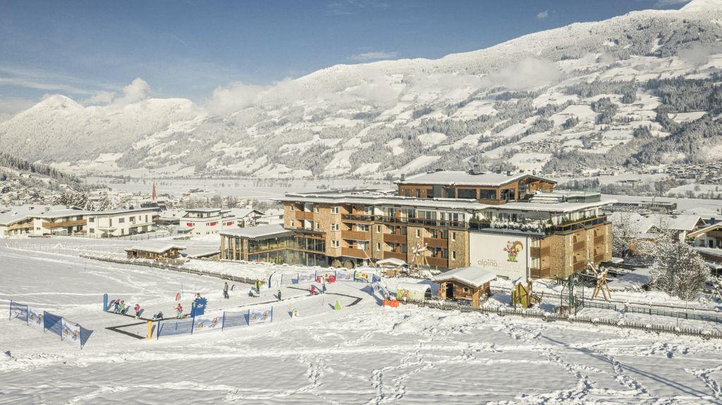 Außenansicht des Hotels im Winter (c) Jan Hanser mood photography (alpina zillertal)