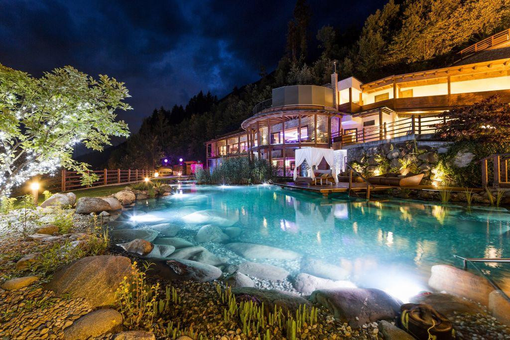 Außenansicht Event Sauna mit Beleuchtung im Sommer (c) ANDERGASSEN (Sport & Wellness Resort Quellenhof)