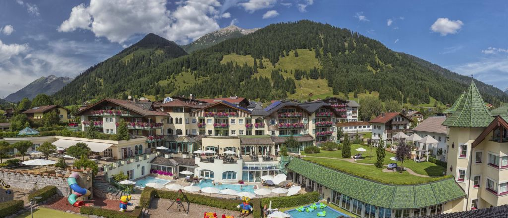 Aussenansicht Hotel im Sommer (Leading Family Hotel & Resort Alpenrose)