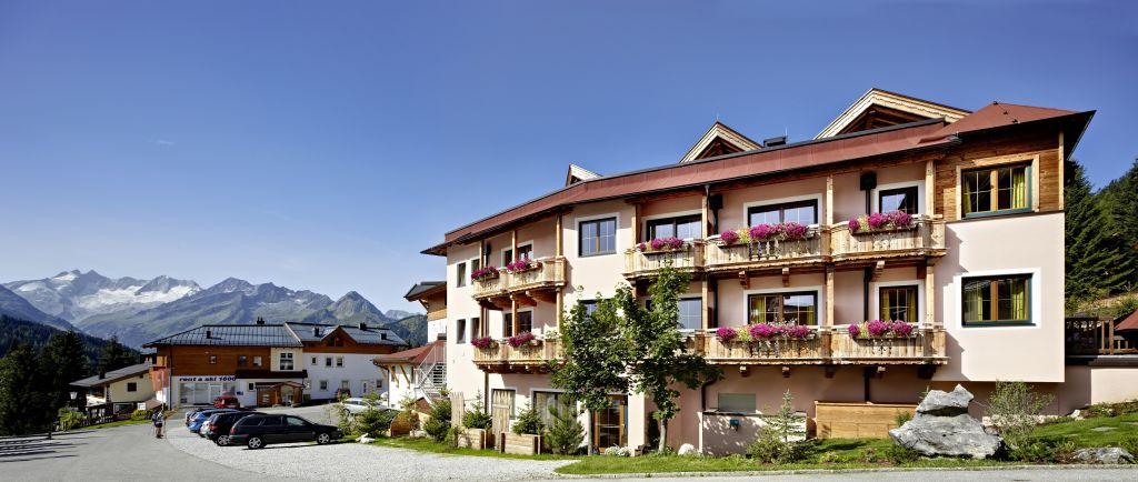 Außenansicht im Sommer mit Bergpanorama (Biohotel Castello Königsleiten)