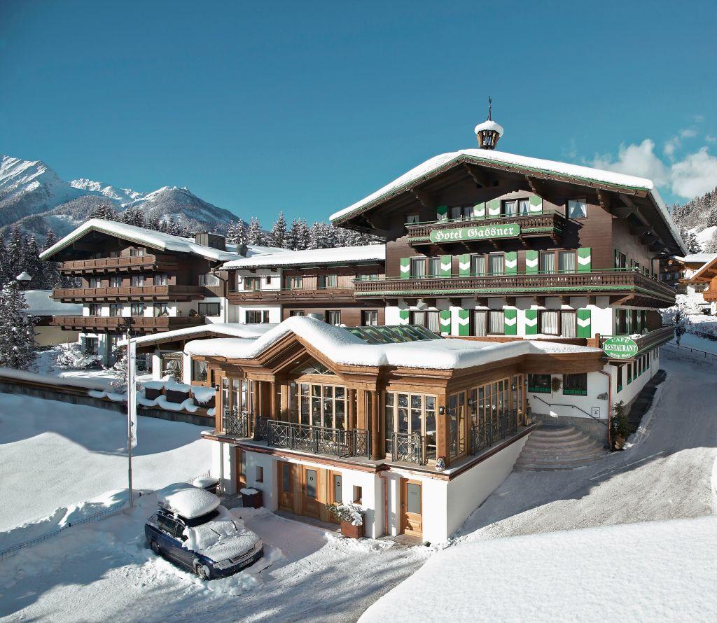Außenansicht des Wanderhotels Gassner im Winter