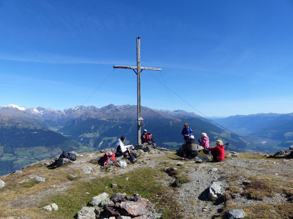 Aussicht vom Gipfelkreuz genießen (Wanderhotel Vinschgerhof)