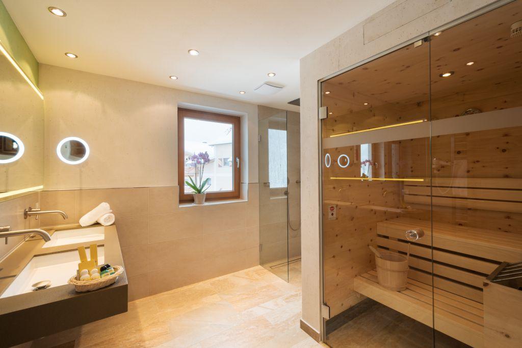 Badezimmer der Superior Suite mit eigener Sauna (Alpinhotel Berghaus)