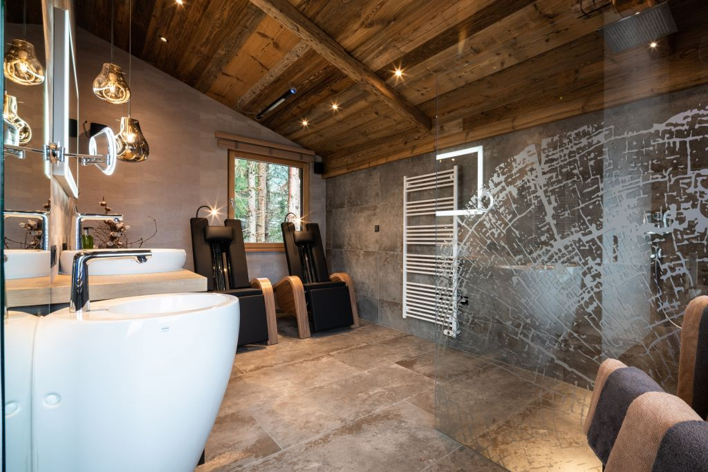 Badezimmer des Baumhauses mit Infrarot-Liegen zum Entspannen (Wanderhotel Gassner)