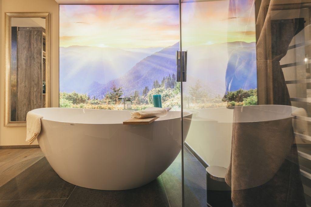 Badezimmer mit Traumaussicht im Chalet No.3 (c) Michael Huber (Hotel Quelle Nature Spa Resort)