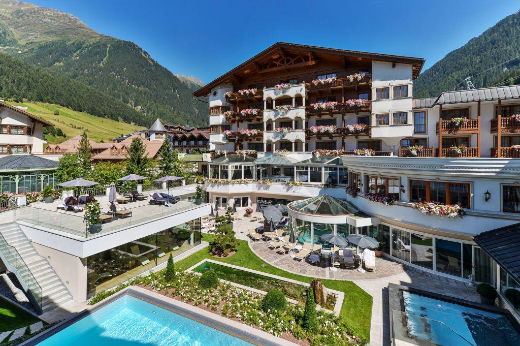 Blick in den Innenhof mit Pools im Sommer mit Sicht auf das Hotel im Sommer (Hotel Trofana Royal)