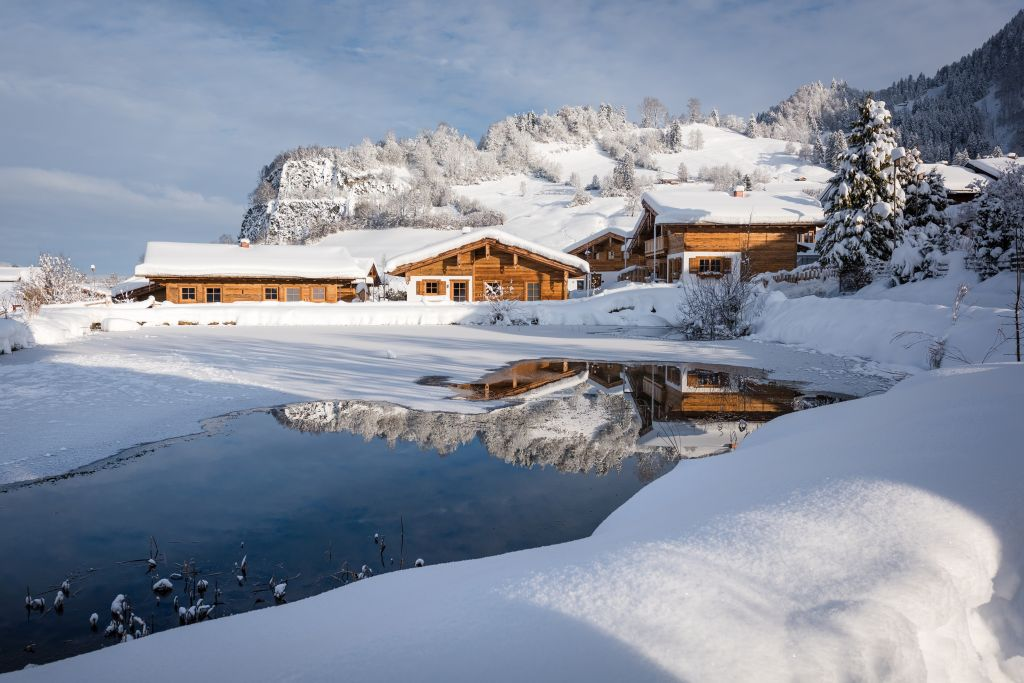 Chalet-Dorf im Winter in wunderschöner Landschaft (c) www.studiowaelder.com (Alpzitt Chalets)