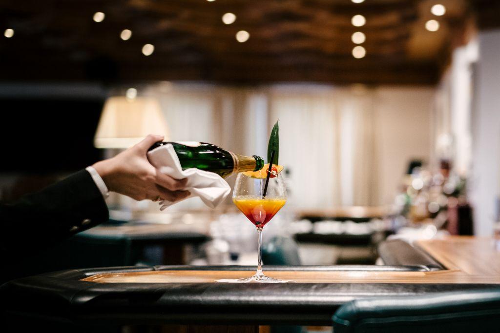 Cocktail-Service an der Hotelbar (c) Die West Werbeagentur (Trofana Royal)