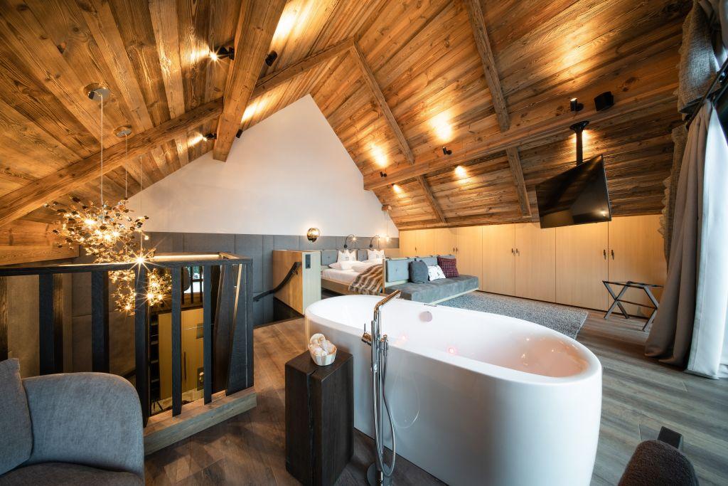 Das geräumige Schlafzimmer im Obergeschoss des Baumhauses (Wanderhotel Gassner)