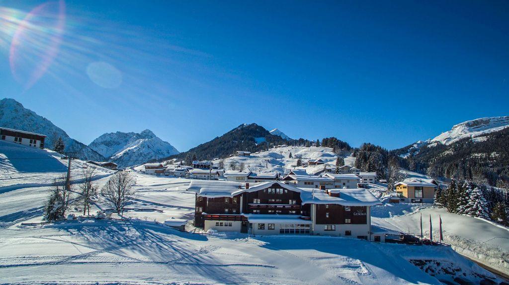 Das Hotel Gemma im verschneiten Hirschegg (Hotel Gemma - Kleinwalsertal Hotels)