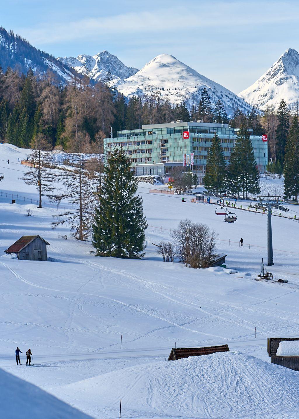 Das Hotel inmitten der Natur und direkt am Berg (c) Birgit Standke (My Tirol)