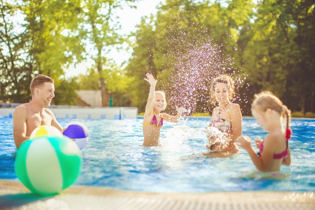 Familie beim Badespaß im Outdoor-Pool (Tourismusverband Bad Bük)