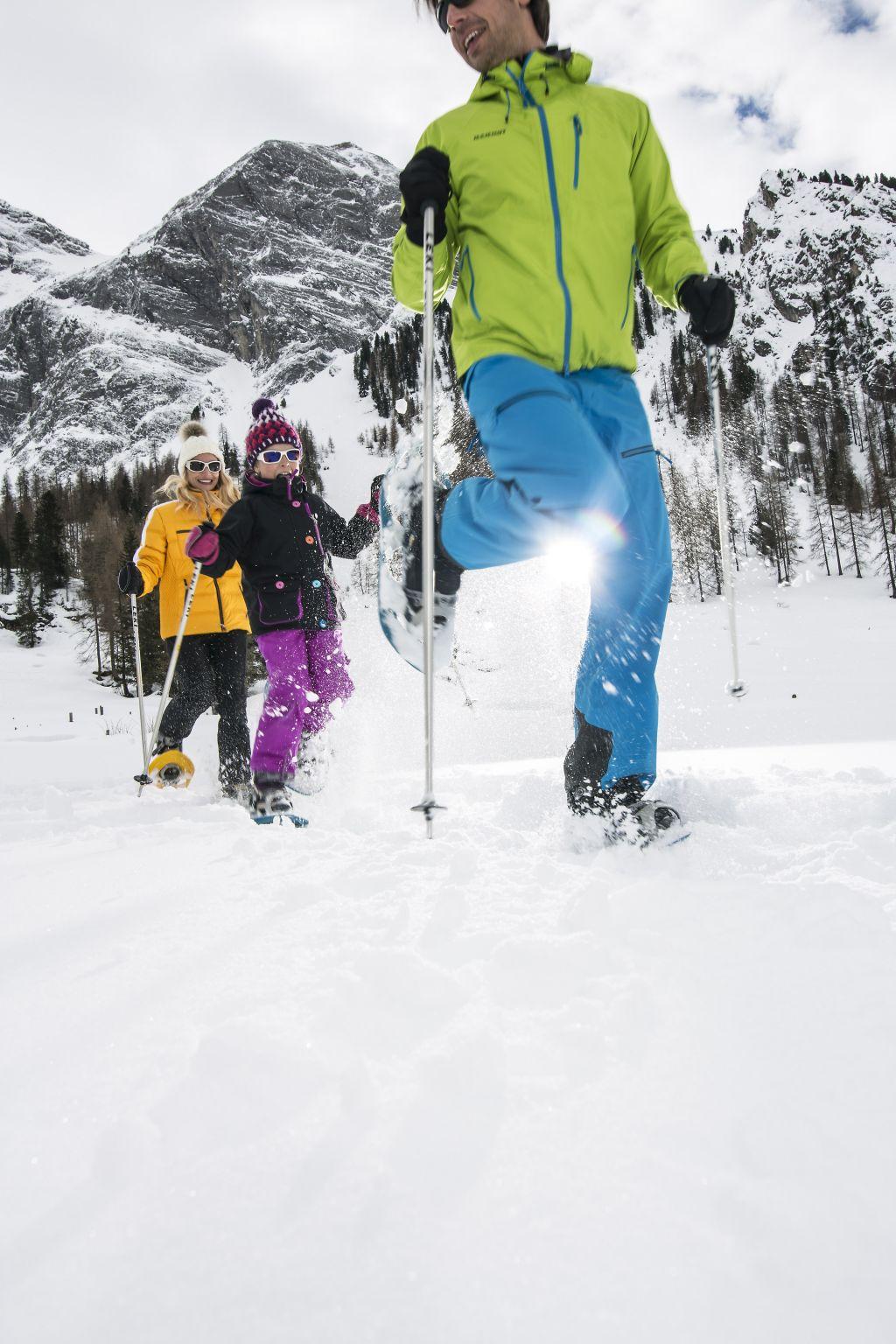 Familie beim Schneeschuhwandern (c) shootandstyle.com (Tux-Finkenberg)