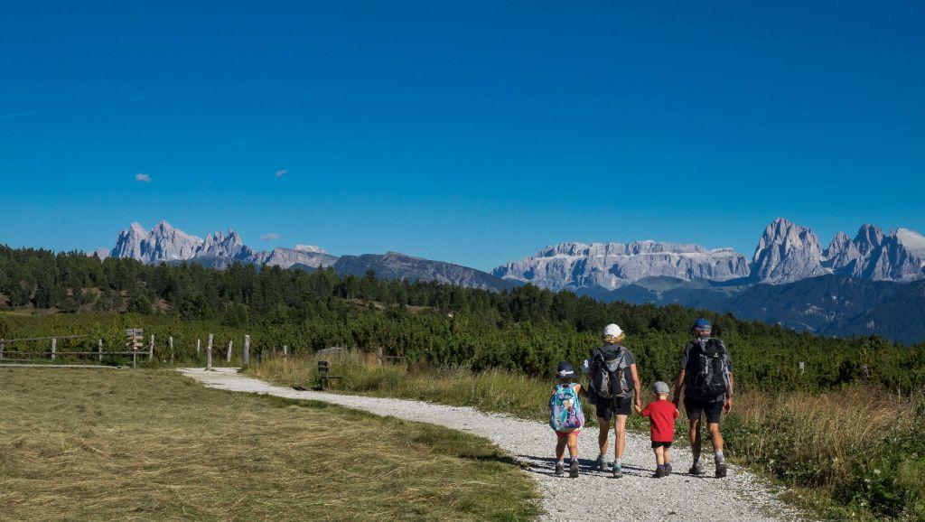 Familie beim Wandern in der Region Klausen (Tourismusverein Klausen)