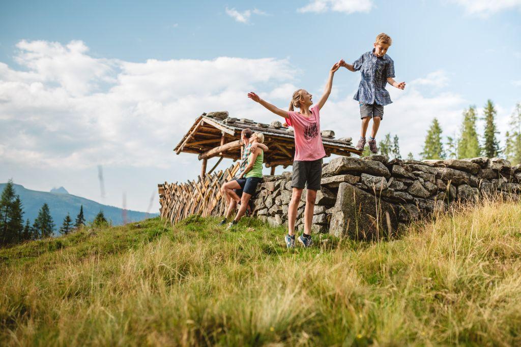 Familie genießt die Natur (c)Wildkogel - Arena Neukirchen & Bramberg