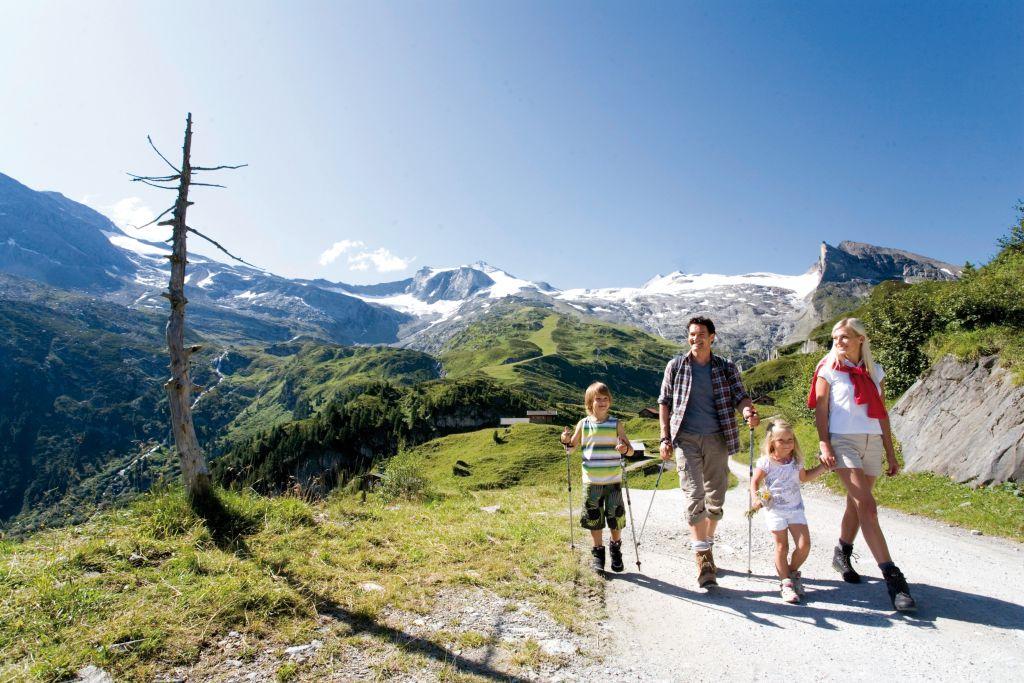 Familienwanderung im Urlaubsgebiet Tux Finkenberg