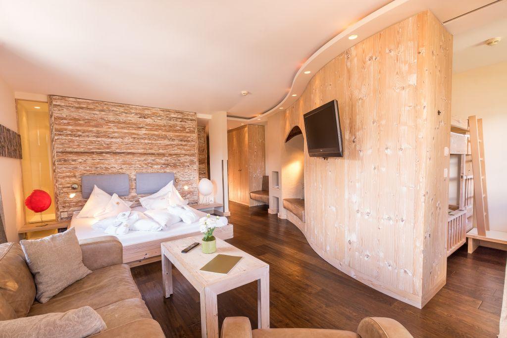 Familienzimmer im Holzstil (c) www.360perspektiven.at (Leading Family Hotel & Resort Alpenrose)