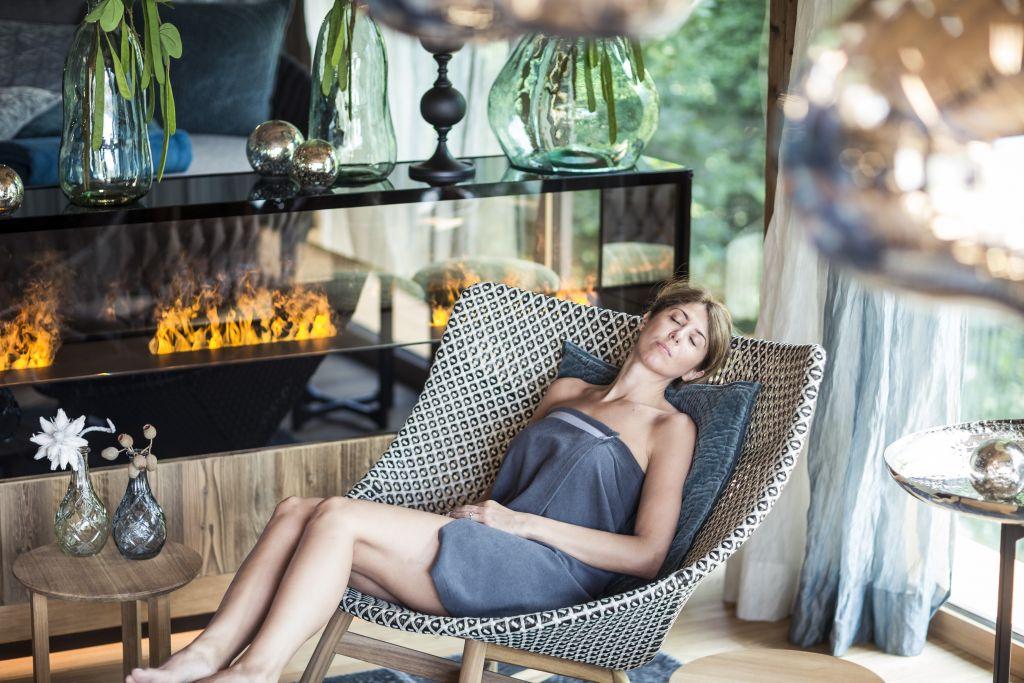 Frau relaxt im NatureSpa (c) ANDERGASSEN (Sport & Wellness Resort Quellenhof)