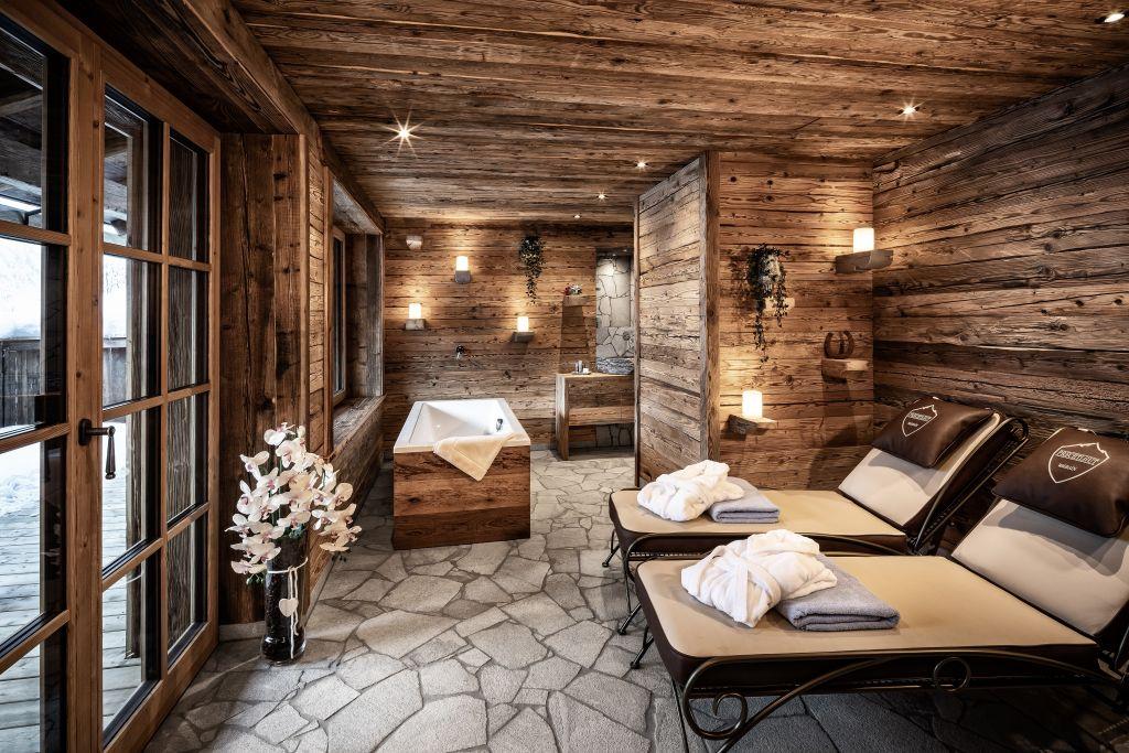 Relaxbereich mit freistehender Badewanne in der Alpen Luxury Lodge (Bergdorf Prechtlgut)