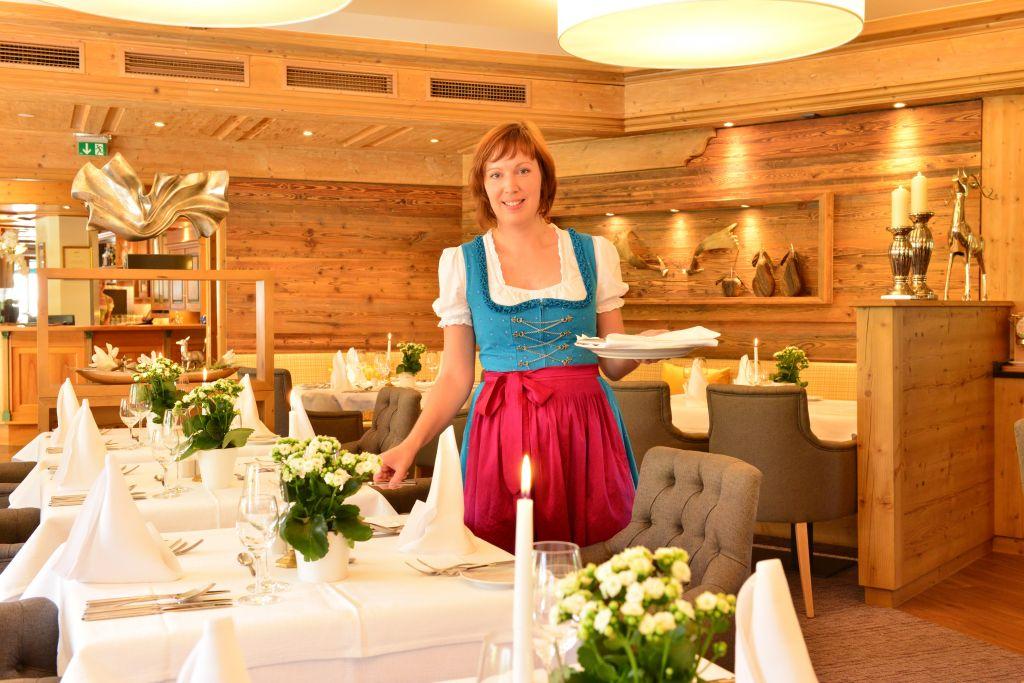 Freundlicher Service im Hotelrestaurant (c) Werbewind GmbH (Hotel Jagdhof)