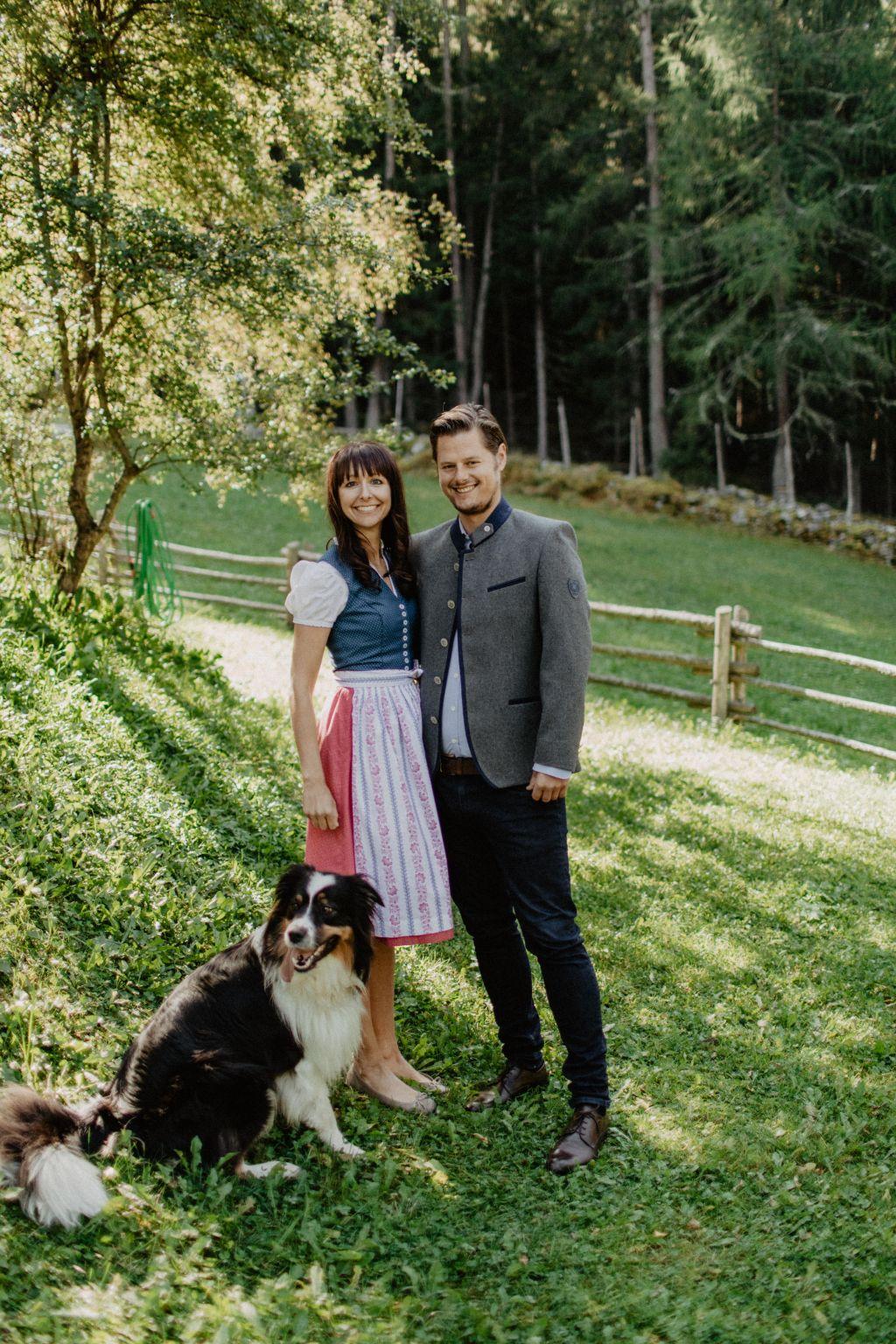 Gastgeber Marilena und Ueli mit Haushund Lenny (Wanderhotel Vinschgerhof)
