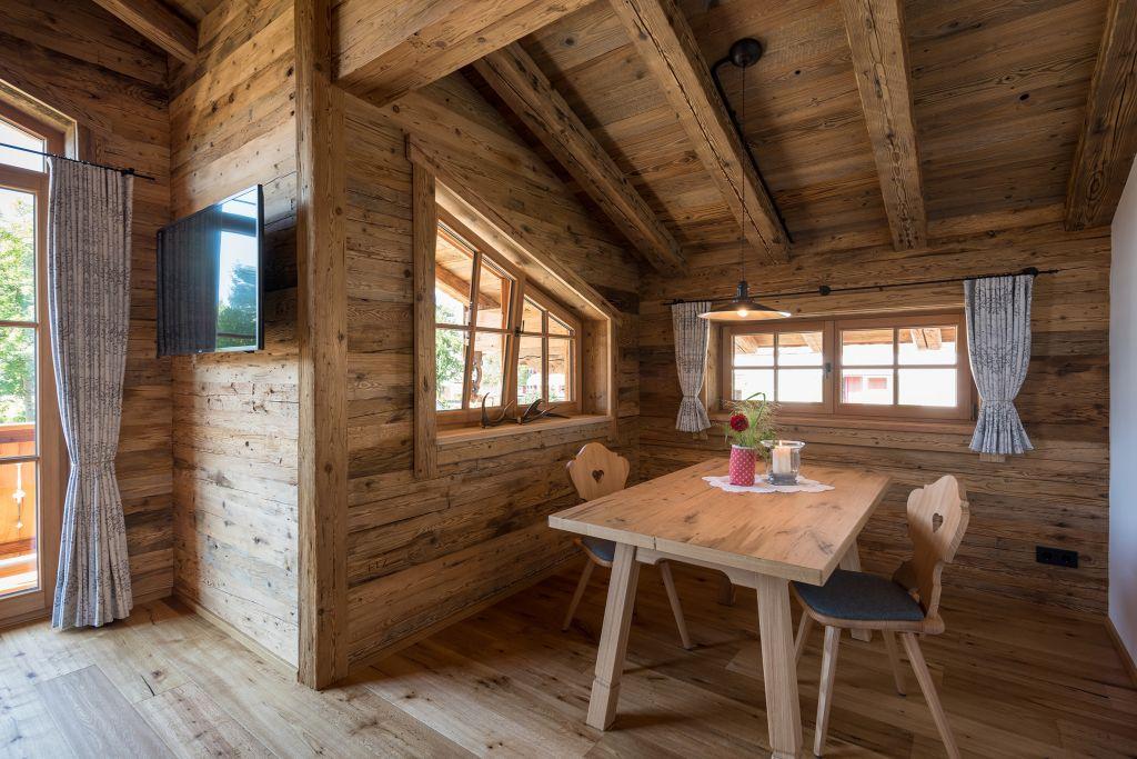 Gemütliche Sitzecke in der Ferienwohnung s´huimelèg (c) www.studiowaelder.com (Alpzitt Chalets)
