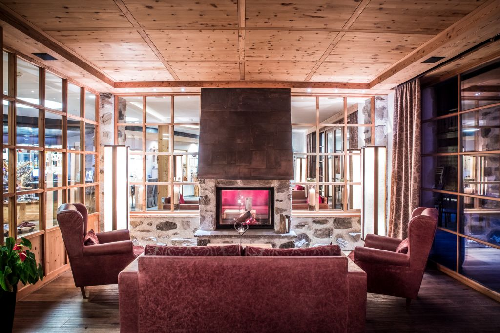Gemütlicher Sitzbereich in der Lobby (Tirler-Dolomites Living Hotel)