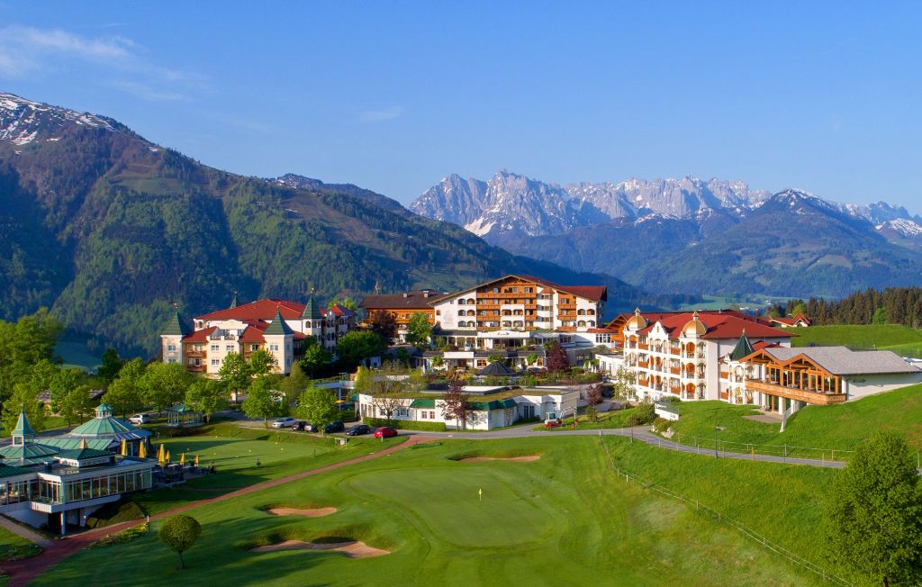 Golfplatz mit Aussicht auf das Hotel Peternhof (Peternhof)