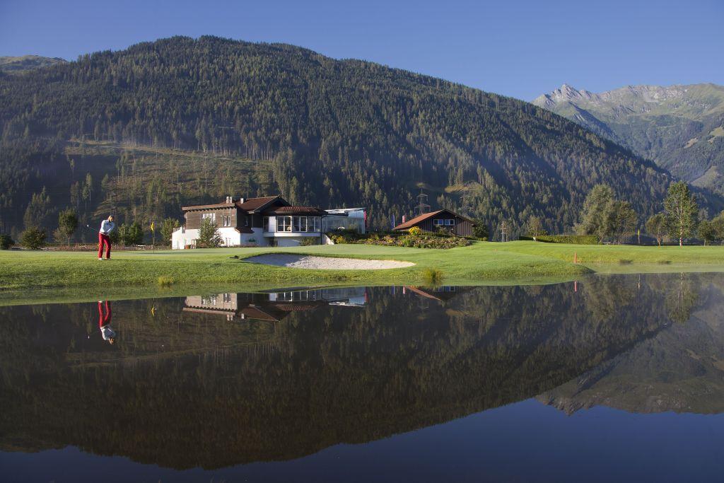 Golfspieler mit Bergkulisse (Wanderhotel Gassner)