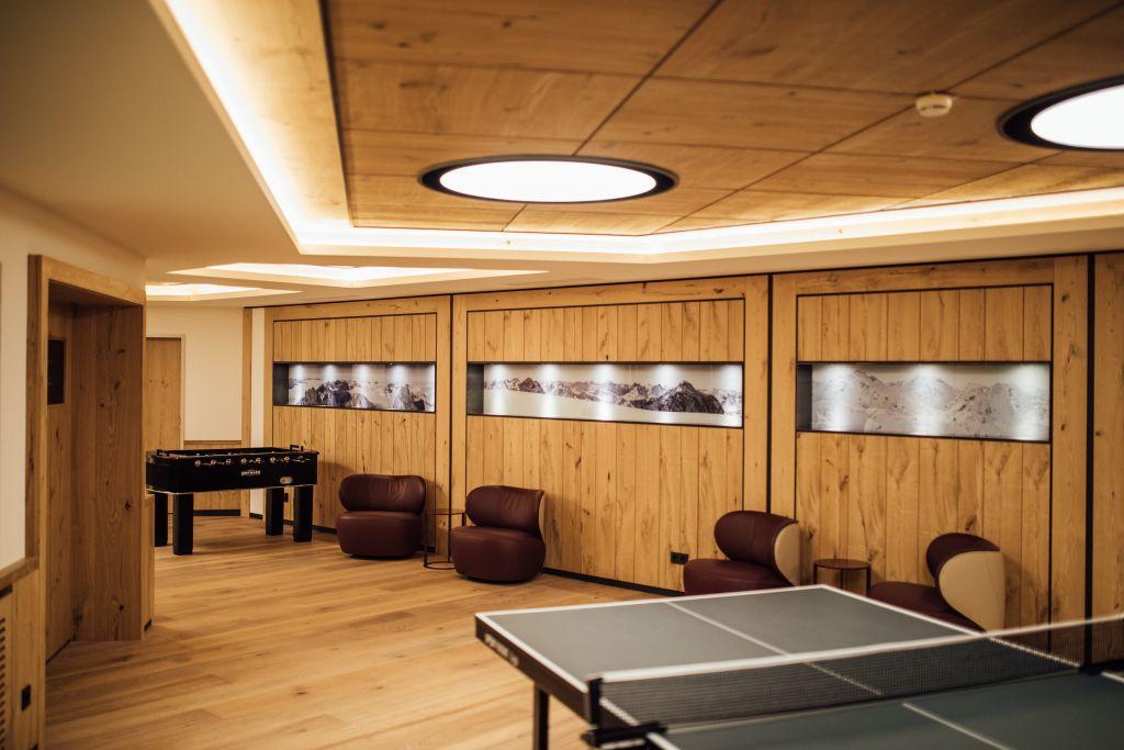 Hobbyraum mit Tischtennisplatte und Tischfußballtisch (c) Patrick Langwallner (Hotel Zürserhof)