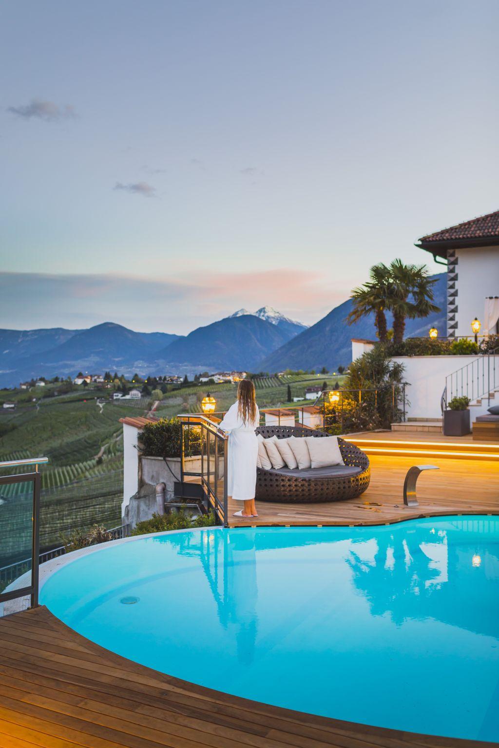 Hotelpool mit traumhafter Bergkulisse bei Sonnenuntergang im Hotel Ansitz Golserhof (c) Tiberio Sorvillo