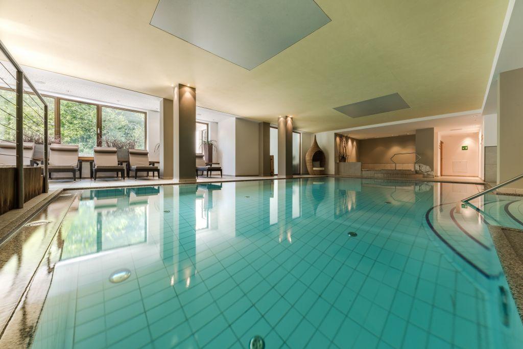 Indoor-Pool ohne chemische Zusätze mit Liegebereich (Naturhotel Rainer)