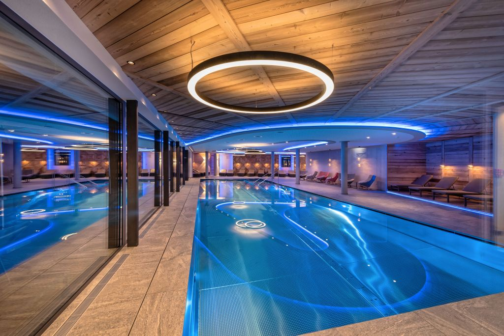 Indoor Panorama Swimming Pool mit exklusiver Lichtinstallation (Alpinhotel Berghaus)