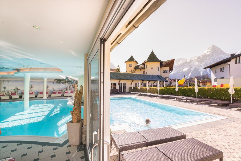 Innen- und Aussenpool (c) www.360perspektiven.at (Leading Family Hotel & Resort Alpenrose)