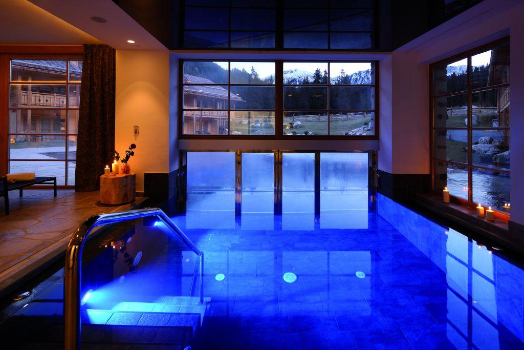 Innenpool mit Panoramafenster im Sommer (Tirler-Dolomites Living Hotel)