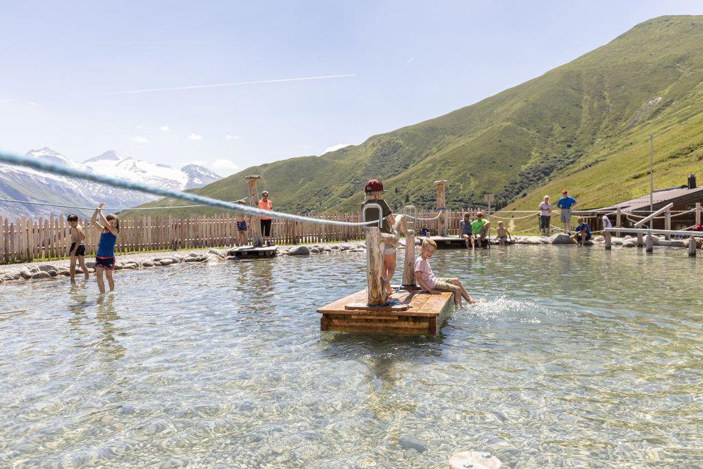 Kinder auf Entdeckungsreise im Wasserteich der Almspielerei Eggalm (TVB Tux-Finkenberg)