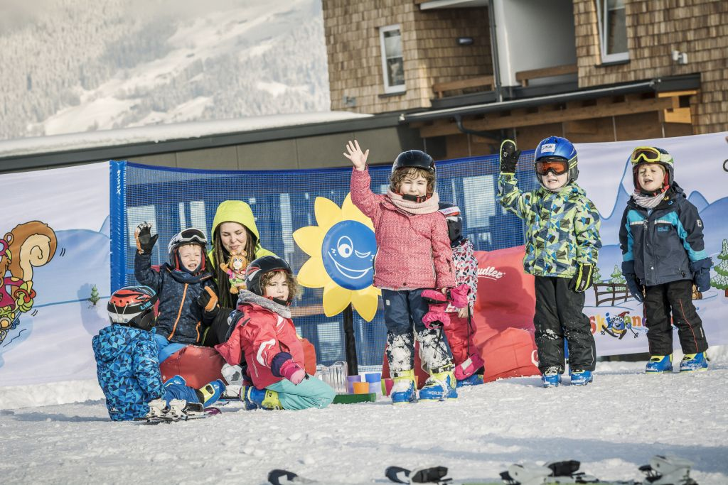 Kindergruppe beim Skikurs (c) Jan Hanser mood photography (alpina zillertal)