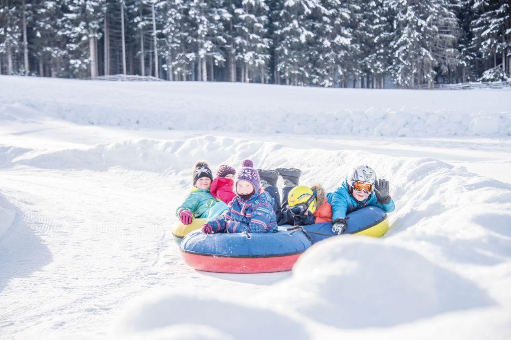 Kindergruppe beim Snowtuben (c) Rotwild (Olang)