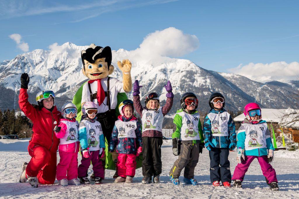 Kinderskikurs mit Maskottchen (TVB Silberregion Karwendel)