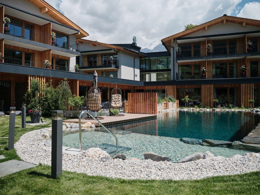 Klarer Naturbadeteich mit Blick auf das Hotel MorgenZeit (c) Youngmedia