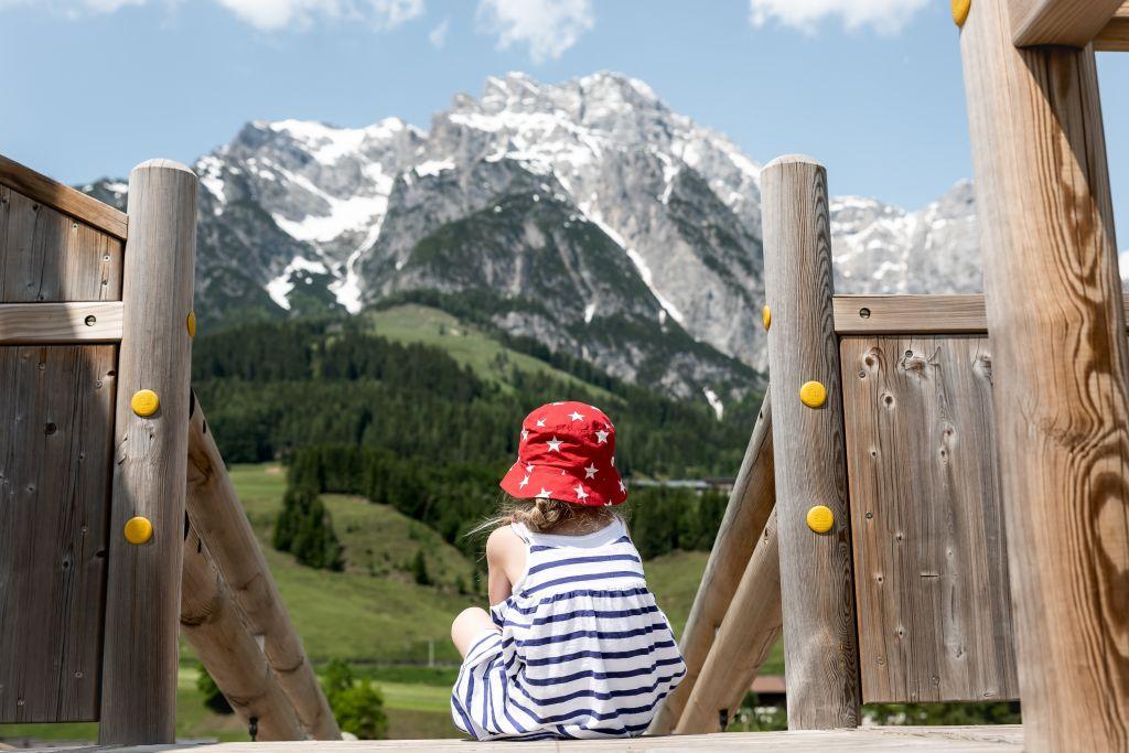 Kleiner Gast genießt die Aussicht im Sommer (c) Peter Kuehnl (PURADIES Hotel & Chalets)
