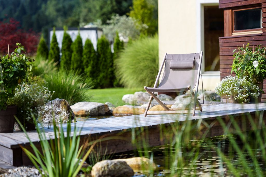 Liege im Naturbadeteich im Sommer (Sport & Wellness Resort Quellenhof)