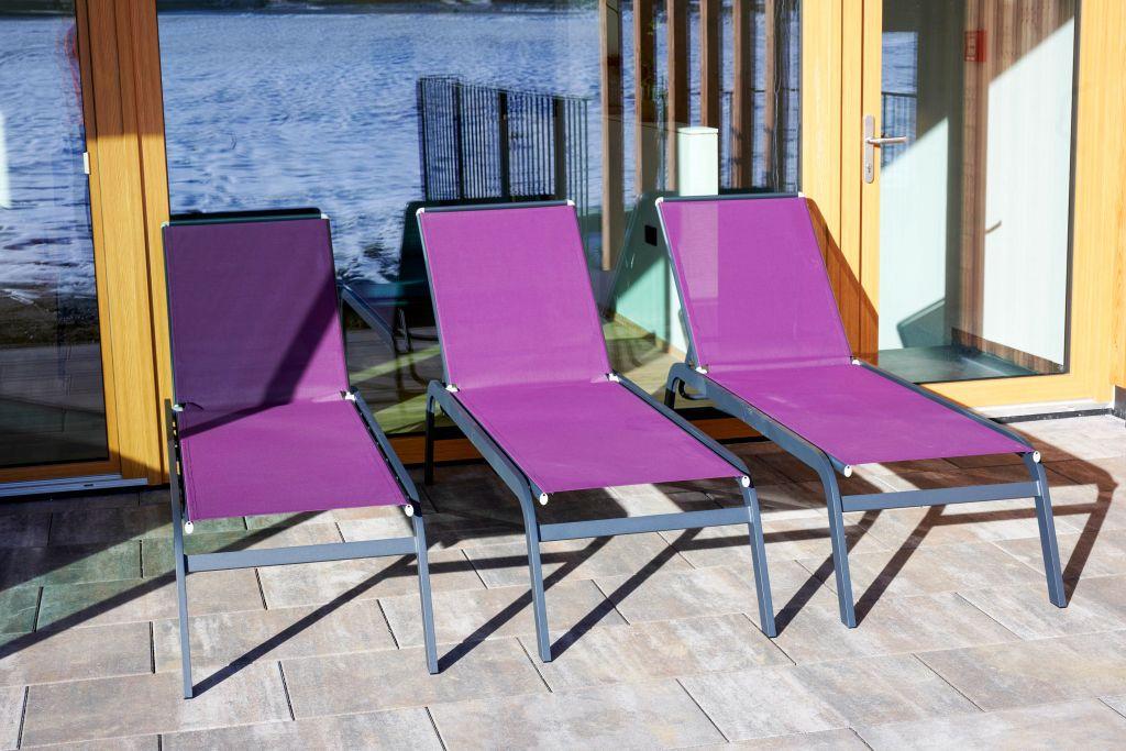 Liegestühle mit Blick auf den Naturbadeteich im Hotel MorgenZeit (c) Youngmedia