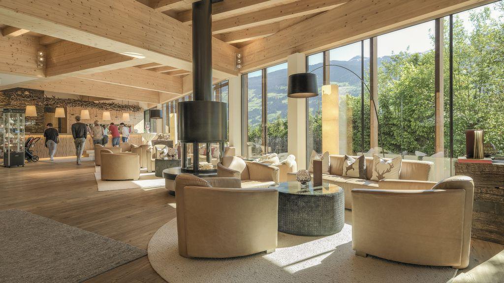 Lobbybereich mit Blick ins Grüne (alpina zillertal)