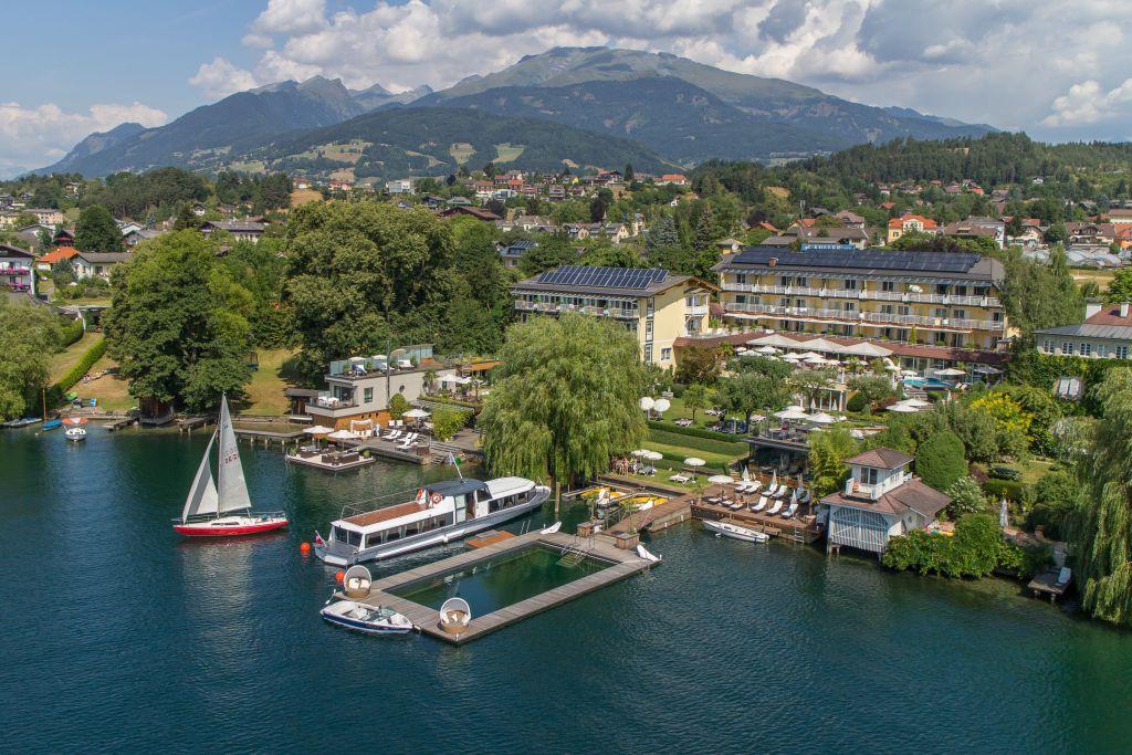 Luftaufnahme des Hotels mit Berg im Hintergrund (KOLLERs Hotel)